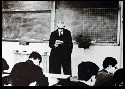 山内先生講義風景(昭和36年頃)「山内二郎先生 人と業績」より